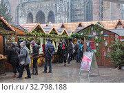 Ульм, Германия. Рождественский базар около Ульмской церкви во время дневного снегопада (2017 год). Редакционное фото, фотограф Михаил Марковский / Фотобанк Лори