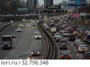 Купить «Автомобили на Третьем транспортном кольце (ТТК) в Москве», фото № 32798348, снято 28 декабря 2019 г. (c) Юлия Перова / Фотобанк Лори