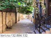 Купить «Уютный двор в старом городе Баку. Азербайджан», фото № 32884132, снято 23 сентября 2019 г. (c) Евгений Ткачёв / Фотобанк Лори