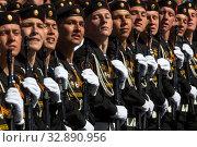 Купить «Российские военнослужащие идут в парадном строю во время парада, посвященного 70-й годовщине Победы в Великой Отечественной войне, на Красной площади в городе Москве, Россия», фото № 32890956, снято 7 мая 2015 г. (c) Николай Винокуров / Фотобанк Лори