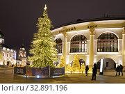 Купить «Москва новогодняя. Ёлка у Гостиного двора», фото № 32891196, снято 28 декабря 2019 г. (c) Dmitry29 / Фотобанк Лори
