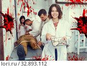 Купить «Smiling girl in lost room with bloody walls», фото № 32893112, снято 8 октября 2018 г. (c) Яков Филимонов / Фотобанк Лори