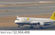 Купить «Royal Brunei Boeing 787 departure from Hong Kong», видеоролик № 32904408, снято 10 ноября 2019 г. (c) Игорь Жоров / Фотобанк Лори