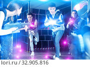 People in vests and with laser pistols playing emotionally laser. Стоковое фото, фотограф Яков Филимонов / Фотобанк Лори