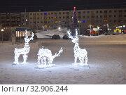 Декоративные световые фигуры на центральной площади города Кандалакши. Редакционное фото, фотограф александр лупкин / Фотобанк Лори