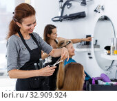 Hairdresser doing styling of girl. Стоковое фото, фотограф Яков Филимонов / Фотобанк Лори