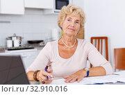 Купить «Mature woman filling up documents», фото № 32910016, снято 11 июля 2018 г. (c) Яков Филимонов / Фотобанк Лори