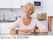 Купить «Positive mature woman», фото № 32910044, снято 11 июля 2018 г. (c) Яков Филимонов / Фотобанк Лори