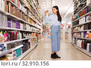 Asian girl buying hair balm. Стоковое фото, фотограф Яков Филимонов / Фотобанк Лори