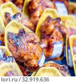 Vacuum smoked chicken in a supermarket. Close-up. Стоковое фото, фотограф Акиньшин Владимир / Фотобанк Лори
