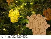 Купить «Необычные украшения новогодней елки  - бумажные кукольные платья», фото № 32920632, снято 5 января 2020 г. (c) Наталья Николаева / Фотобанк Лори