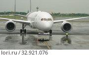 Купить «Airliner pushing back before departure», видеоролик № 32921076, снято 11 ноября 2017 г. (c) Игорь Жоров / Фотобанк Лори