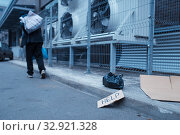Homeless man and help sign on city street. Стоковое фото, фотограф Tryapitsyn Sergiy / Фотобанк Лори