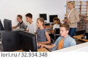 Boys and girls using computers in IT room. Стоковое фото, фотограф Яков Филимонов / Фотобанк Лори