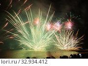 Bright firework show over water in dark sky. Стоковое фото, фотограф Яков Филимонов / Фотобанк Лори