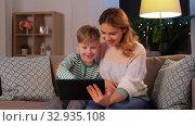 Купить «mother and son with tablet pc having video call», видеоролик № 32935108, снято 23 декабря 2019 г. (c) Syda Productions / Фотобанк Лори