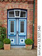 Купить «Haustür, tür, Friedrichstadt, nordfriesland, blumen, haus, gebäude, stadt, malerisch, pittoresk,», фото № 32937540, снято 1 июня 2020 г. (c) easy Fotostock / Фотобанк Лори