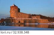 Купить «Крепость Олавинлинна в лучах заходящего солнца мартовским вечером. Савонлинна, Финляндия», видеоролик № 32938348, снято 3 марта 2018 г. (c) Виктор Карасев / Фотобанк Лори