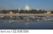 Купить «Апрельский ледоход у Смольного собора. Санкт-Петербург, Россия», видеоролик № 32938556, снято 12 апреля 2018 г. (c) Виктор Карасев / Фотобанк Лори