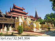 Купить «Фрагмент комплекса зданий из тикового дерева древнего буддистского монастыря Shwe In Bin  крупным планом. Мандалай, Мьянма (Бирма)», фото № 32941904, снято 22 декабря 2016 г. (c) Виктор Карасев / Фотобанк Лори