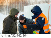 Three workers at the assembly site of the ice town (2019 год). Редакционное фото, фотограф Андрей Кузнецов / Фотобанк Лори