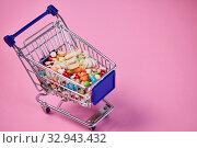 Купить «Medikamente online kaufen Konzept mit Medizin in einem Einkaufswagen», фото № 32943432, снято 26 мая 2020 г. (c) age Fotostock / Фотобанк Лори