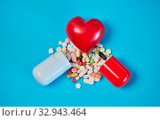 Купить «Rotes Herz an zerbrochener Kapsel mit Medikamenten als Liebeskummer Konzept», фото № 32943464, снято 26 мая 2020 г. (c) age Fotostock / Фотобанк Лори