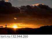 Купить «Sonnenuntergang bei einem übergehenden Sturm - Wetterkapriolen», фото № 32944260, снято 1 июня 2020 г. (c) easy Fotostock / Фотобанк Лори