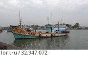 Рыболовецкое судно в порту города Ча Ам облачным днем. Таиланд (2018 год). Редакционное видео, видеограф Виктор Карасев / Фотобанк Лори