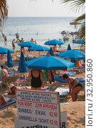 Купить «Стенд на пляже с указанием стоимости пляжных лежаков и зонтов. Айя Напа, Кипр», фото № 32950860, снято 26 октября 2019 г. (c) Вадим Хомяков / Фотобанк Лори
