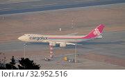Купить «Boeing 747 taxiing before departure», видеоролик № 32952516, снято 9 ноября 2019 г. (c) Игорь Жоров / Фотобанк Лори