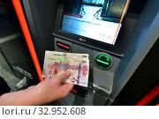 Купить «Doha, Qatar - Nov 17. 2019. Qatari rials in hand on the background of ATM of HSBC Bank», фото № 32952608, снято 17 ноября 2019 г. (c) Володина Ольга / Фотобанк Лори