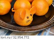 Купить «Мышиная мордочка из мандарина на тарелке», эксклюзивное фото № 32954772, снято 2 января 2020 г. (c) Dmitry29 / Фотобанк Лори