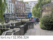 Regents Canal Bridge, Camden Lock, London, England, UK. Стоковое фото, фотограф Kevin George / age Fotostock / Фотобанк Лори