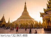 Купить «Вечер у ступы пагоды Шведагон. Янгон, Мьянма (Бирма)», фото № 32961488, снято 17 декабря 2016 г. (c) Виктор Карасев / Фотобанк Лори