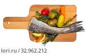 Купить «Hake by rustically, frying and served with boiled potatoes, carrots and greens», фото № 32962212, снято 21 февраля 2020 г. (c) Яков Филимонов / Фотобанк Лори