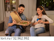 happy couple eating takeaway pizza at home. Стоковое фото, фотограф Syda Productions / Фотобанк Лори