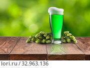 Still life with glass of fresh green beer and hops. Стоковое фото, фотограф Ярослав Данильченко / Фотобанк Лори