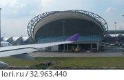 Купить «Airplane taxiing in Suvarnabhumi airport, Bangkok», видеоролик № 32963440, снято 30 ноября 2017 г. (c) Игорь Жоров / Фотобанк Лори