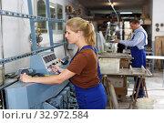 Купить «Serious woman working on glass beveling machine», фото № 32972584, снято 10 сентября 2018 г. (c) Яков Филимонов / Фотобанк Лори