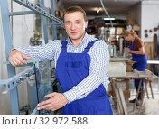 Man measuring glass with caliper. Стоковое фото, фотограф Яков Филимонов / Фотобанк Лори