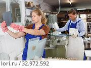 Купить «Female glazier working in glass factory», фото № 32972592, снято 10 сентября 2018 г. (c) Яков Филимонов / Фотобанк Лори