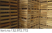 Warehouse with wooden boxes. Стоковое видео, видеограф Kozub Vasyl / Фотобанк Лори