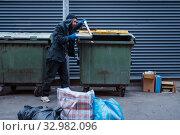 Купить «Bearded dirty beggar found pizza in trashcan», фото № 32982096, снято 26 октября 2019 г. (c) Tryapitsyn Sergiy / Фотобанк Лори