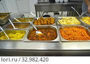 Вторые блюда на линии раздачи пищи в столовой самообслуживания. Стоковое фото, фотограф Ирина Борсученко / Фотобанк Лори