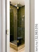 Вид на стеклянную душевую кабину сквозь дверной проем с отъезжающей дверью на бок. Стоковое фото, фотограф Elizaveta Kharicheva / Фотобанк Лори