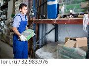 Купить «Foreman is choosing cement», фото № 32983976, снято 26 июля 2017 г. (c) Яков Филимонов / Фотобанк Лори