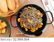 Elvers (baby eels) roasted with shrimps. Стоковое фото, фотограф Яков Филимонов / Фотобанк Лори