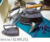 Несколько различных по размерам и устройству старых утюгов. Стоковое фото, фотограф Вячеслав Палес / Фотобанк Лори