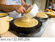 Процесс изготовления лепешек (хычин) с начинкой. Стоковое фото, фотограф Вячеслав Палес / Фотобанк Лори